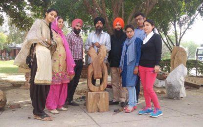 कला और शिल्प शिक्षक और छात्र अमृतसर से कलैग्राम, चंडीगढ़ में 'मूर्तिकला शिविर' (लकड़ी) को एनजेडसीसी द्वारा आयोजित किया गया।