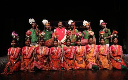 प्रोफेसर सौभाग्य वर्धन निदेशक, एनजेडसीसी, पटियाला ने जम्मू में एनजेडसीसी, पटियाला द्वारा आयोजित जनजातीय समारोह -2018 के दौरान अपने प्रदर्शन के लिए कलाकारों की प्रशंसा की।