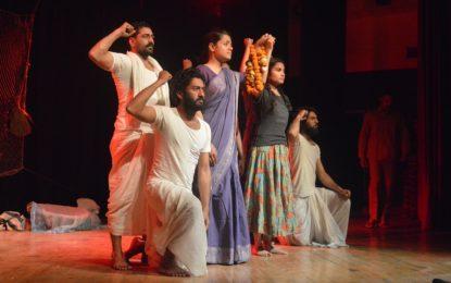 श्रीनगर में एनजेडीसी द्वारा आयोजित राष्ट्रीय रंगमंच महोत्सव के समापन दिवस पर प्रथम शिक्षक का आयोजन किया गया।