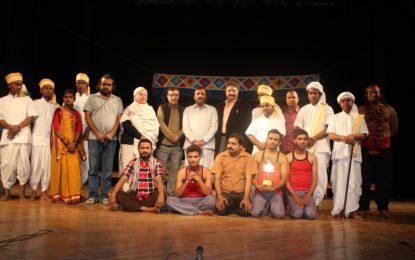 """श्रीनगर में एनजेडसीसी द्वारा आयोजित राष्ट्रीय रंगमंच महोत्सव के दौरान 25/03/2018 को आयोजित """"गबर्घिचोर"""" खेलें।"""