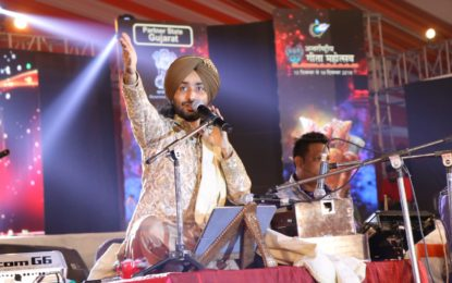 कुरुक्षेत्र में अंतर्राष्ट्रीय गीता महोत्सव के दौरान सतिंदर सरताज द्वारा प्रस्तुतिकरण।