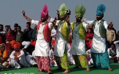 21 दिसंबर, 2018 को कुरुक्षेत्र के ब्रह्मा सरोवर में अंतर्राष्ट्रीय गीता महोत्सव-2018 के दौरान उत्तर क्षेत्र सांस्कृतिक केंद्र, पटियाला (भारत सरकार का संस्कृति मंत्रालय) द्वारा आयोजित लोक नृत्यों की प्रस्तुति।